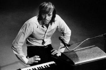 Рэймонд (Рэй) Дэниел Манзарек-младший — американский музыкант, продюсер, автор песен, один из основателей и клавишник группы The Doors