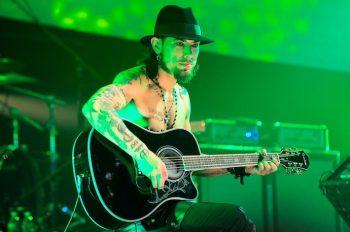 Дэвид «Дэйв» Майкл Наварро — американский гитарист, наиболее известен как участник рок-группы Jane's Addiction. Он также играл в группах: Red Hot Chili Peppers, Nine Inch Nails, Deconstruction и The Panic Channel