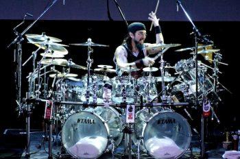 Майкл Стивен Портной — американский ударник, бывший участник прог-метал группы Dream Theater. Считается одним из лучших барабанщиков современности. Неоднократно побеждал в номинации «Лучший ударник года»