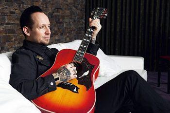 Сегодня также есть повод отметить день рождения фронтмена такой потрясающей и самобытной команды как Volbeat. Микаэль Поулсен (Michael Poulsen) – вокалист, гитарист и автор львиной доли всего материала датчан – в цитатах.