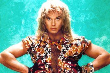 """10 октября 1954 года в городе Блумингтон штата Индиана родился парень, которому суждено было стать настоящим рок-старом. Именно в этот день появился на свет """"Бриллиантовый Дэйв"""" или знаменитый Дэвид Ли Рот - вокалист группы Van Halen! Итак, дорогие друзья, представляем вашему вниманию несколько фактов и цитат о жизни нашего героя сцены"""