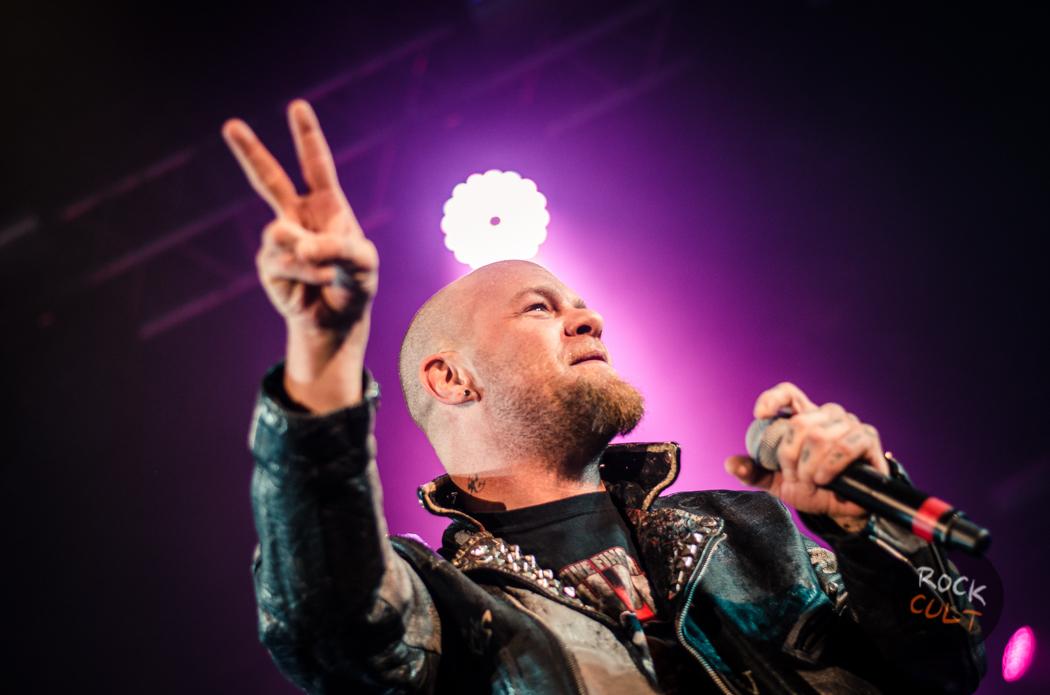 Five Finger Death Punch выступили с юной поклонницей