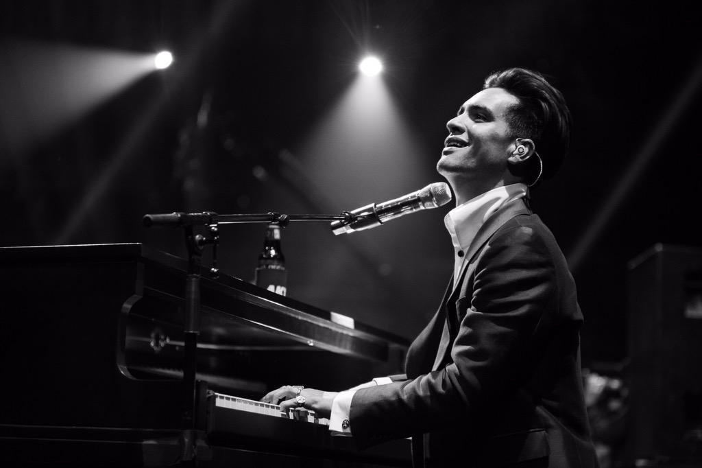 panic! at the disco death of a bachelor чарт billboard 200