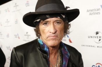 Joe-Perry-collapses-during-Hollywood-Vampires-show