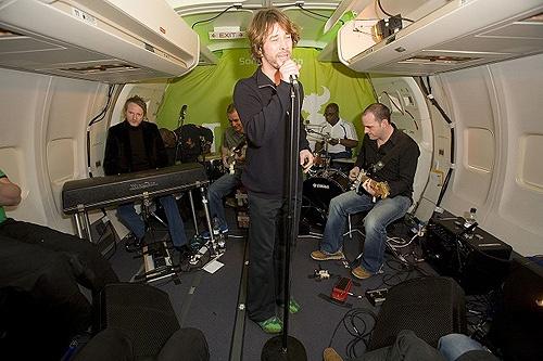 самые неожиданные площадки для рок-концертов, Jamiroquai в самолете