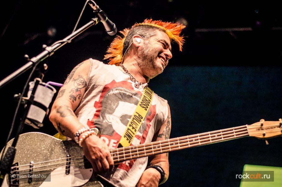 рок-музыканты с разноцветными волосами