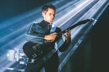 Мэттью Бэллами с гитарой на сцене Мьюз готовят новый альбом