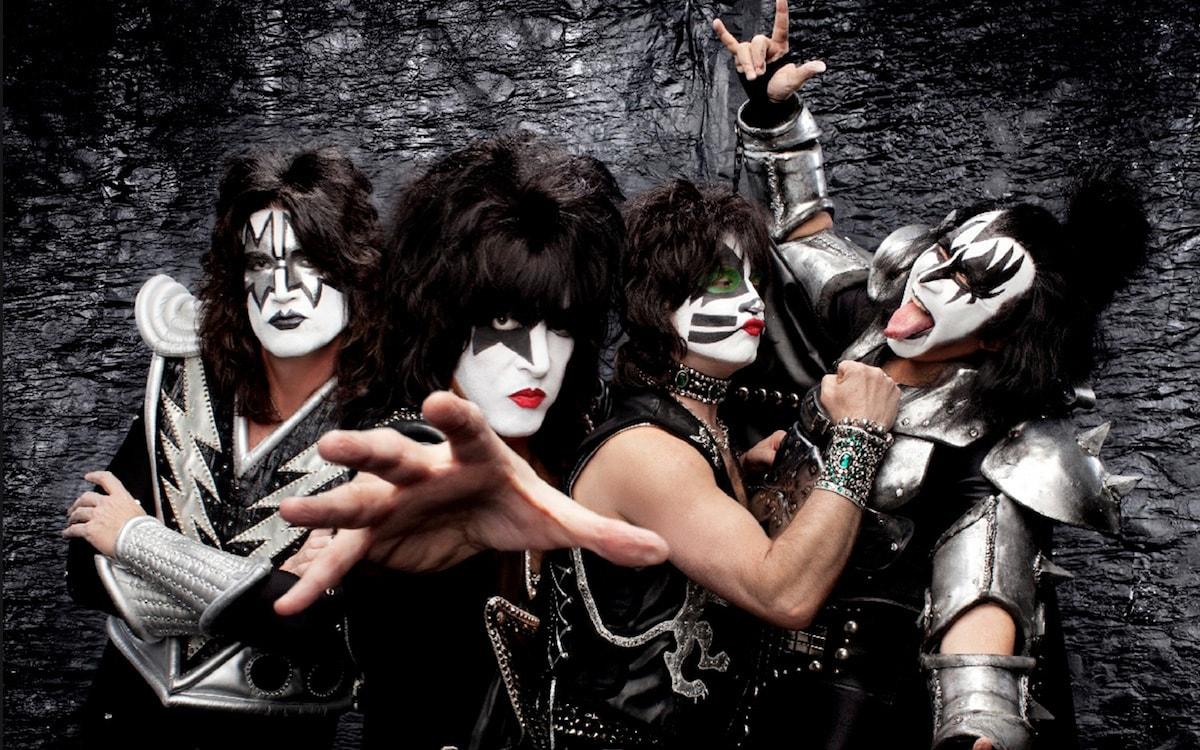 активно занимаются фотографии плакаты рок групп первый