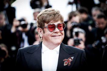 Элтон Джон остановил концерт из-за болезни.